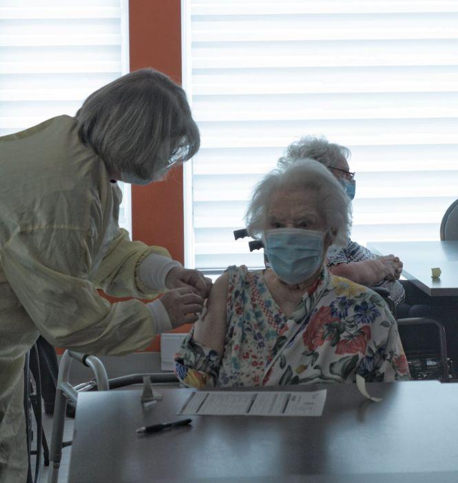 Manoir Héritage : À 100 ans, elle reçoit le vaccin contre la COVID-19 - CIMT-CHAU